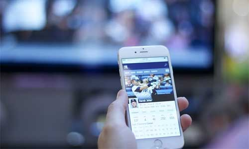 The Massive Contributions of Live Streaming to Sports Fans phone baseball - The Massive Contributions of Live Streaming to Sports Fans